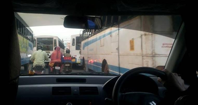 Prinsi intre 5 autobuze si cativa motociclisti -Trivandrum